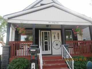 Beautiful 4 beds house near River & U of Windsor $140/night