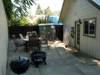Private Patio/Fire Pit, Great Kitchen, Cool Decor!