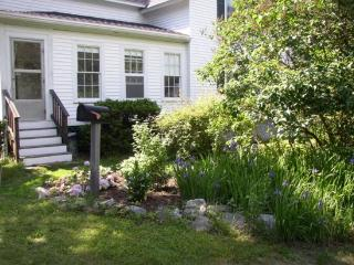 LAZY DAYS | SPRUCE POINT | BOOTHBAY HARBOR, MAINE | WATER-FRONT| VIEWS INTO HARBOR | SHARED BEACH | PRIVATE WATER-SIDE DECK, Boothbay
