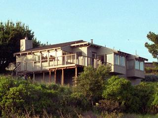 Cozy ocean view home- deck, wind protected hot tub, kitchen, fireplace, Manchester