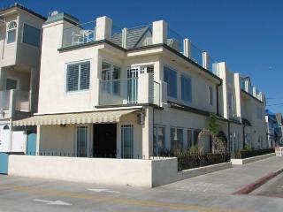 Luxury Oceanfront Home- Endless Views-Boardwalk Patio & Deck-BBQ, Newport Beach