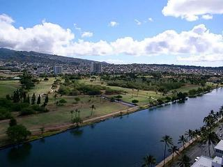Island Colony 1411-Renovated Condo with Pool View!, Honolulu