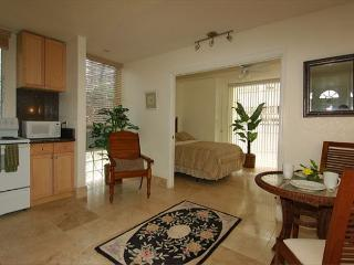 Elegant Top Floor Condo With Full Kitchen Close Walk to Waikiki Beaches, Honolulu