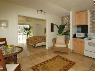 Easy Access to Amazing Beaches in this Beautiful Condo by the Sea, Honolulu