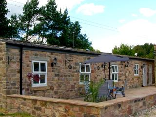 SWALLOW'S NEST, stable conversion, woodburner, two double bedrooms, patio with BBQ, near Ashover, Ref 2225