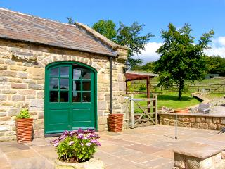 THE LOFT, feature vaulted ceiling, patio with hot tub and furniture, great base for walking, romantic retreat, Ref 2183, Ashover