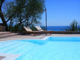 Lovelyt sea view apartment in private villa with swimming pool and parking