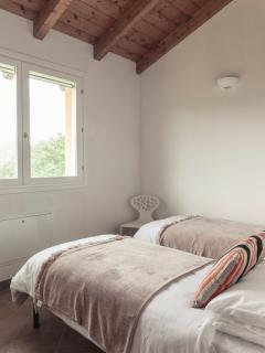 Bedroom 5 with twin beds