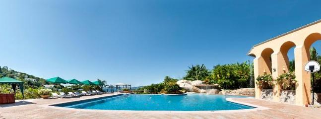 Large Spacious swimming pool