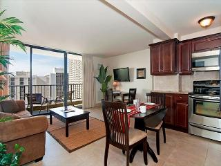 Luxurious Ocean View Waikiki Sunset Condo, Pool, Free Parking, full Kitchen