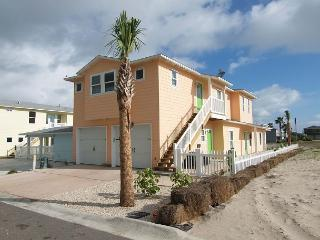 4 bedroom 4.5 bath home, Community Pool, right in the heart of Port Aransas!
