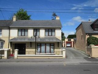Killarney Town, 4 Bedroom House  all en-suite, sleeps 9 - Free WiFi/Parking.