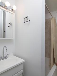 Bath 1 includes towels