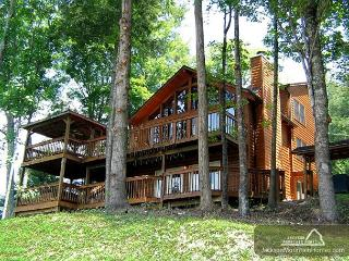 Smoky View Lodge  Close to Downtown Mtn View Hot Tub WiFi  Free Nights, Gatlinburg