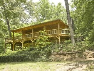 MISTY LAKE LODGE- 3BR/3BA CABIN SITTING ON 10 SECLUDED ACRES WITH A PRIVATE LAKE, WiFi, WOODBURNING FIREPLACE, CHARCOAL GRILL, SAT TV, KING BED IN MASTER WITH FRENCH DOORS OPENING UP TO A PRIVATE HOT TUB, STARTING AT $165/NIGHT!, Blue Ridge