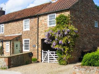 PEAR TREE COTTAGE, pet-friendly, close to a pub, fantastic touring base, end-ter