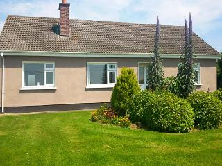 MAGGI ROE'S, detached bungalow, open fire, lawned gardens, pet friendly, in