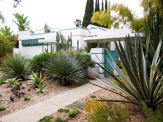 Celebrity Streamline Modern 3 BR -  2 BATH with GARDEN (3965), Los Ángeles