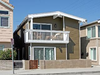 Beautiful Renovated 3 Bedroom Beach House! Just 9 Houses from Sand! (68278), Newport Beach