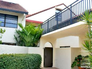 Spacious 1st floor condo in Park Shore feels like a villa just a short walk to the beach - 60 day minimum, Naples