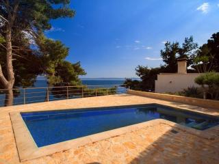 Villa Blanc Brac – Sea front luxurious villa with pool in Sumartin, Brac