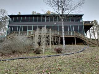 PARK HOLLOW- 5 BR/3 BA CABIN ON FIGHTINGTOWN CREEK (A TROPHY TROUT STREAM) POOL TABLE, WiFi, HOT TUB, SAT TV, SLEEPS 10 STARTING AT $200 A NIGHT!, Blue Ridge