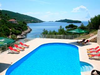 EXQUISITE BEACH FRONT HOLIDAY VILLA WITH POOL, Blato