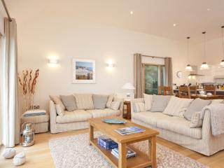 House 22 - This stylish holiday home has vaulted ceilings and a fantastic spacio