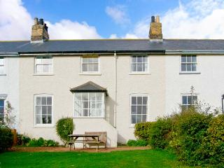 COASTGUARD COTTAGE, near beach, off road parking, garden, in Low Newton, Ref 20503