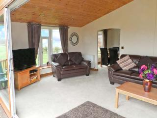 ASH TREE LODGE, detached log cabin, fabulous views, all ground floor, hot tub, in Stamford Bridge, Ref 20753