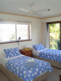 Singles/King room with ceiling fan - built ins and garden aspect view &  balcony - TV/DVD player