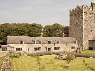 Delightful heritage castle cottage on farm by sea, Tomhaggard