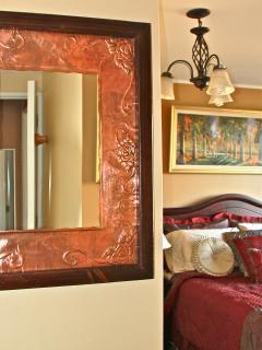 Copper mirror in main bedroom's entry. Espejo de cobre en la entrada del dormitorio principal.