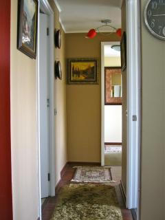 Hallway to bedrooms. Pasillo hacia los dormitorios.