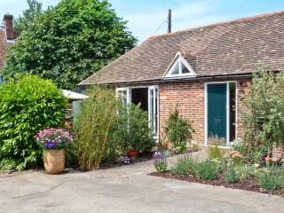1 LITTLE RIPPLE COTTAGES, king-size bed, woodburner, close to Canterbury in Crundale, Ref 15334