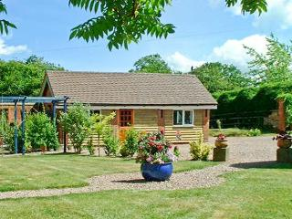 THE BYRE, pet friendly cottage, indoor swimming pool, games room, near Upton