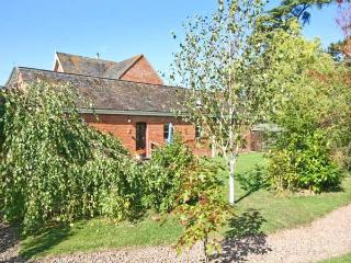 THE TACK ROOM, pet friendly cottage, swimming pool, games room, near Upton upon