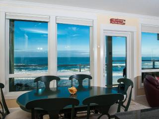 Corner Oceanfront Condo-Private Hot Tub-Pool-WiFi, Lincoln City