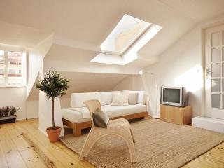Romantic & cozy studio in historic centre,a/c,wifi, Lisbona