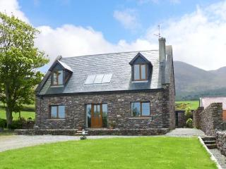 FINN HOUSE, pet-friendly house, sea view, open fire, en-suites in Castlegregory