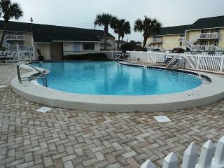 1st Floor Studio, steps from the Beach! Super cute! Private Beach Access.!!!!, Destin