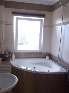 The jacuzzi bathroom with sea views