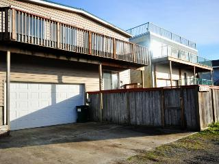 Ocean views and just 1 block to the beach!, Rockaway Beach