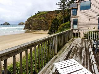 Charming, oceanfront getaway w/ gorgeous water views & easy beach access!