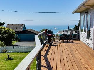 Spacious deck with gorgeous ocean views!, Newport