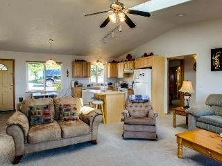 Oceanside dog-friendly home with views, a shared pool, one block to the beach!, Waldport