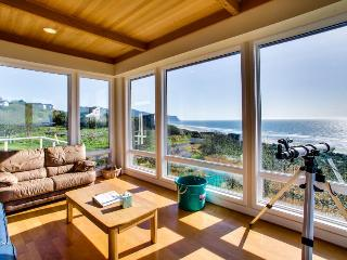A luxury, oceanfront beach home with private hot tub - dogs OK!, Neskowin
