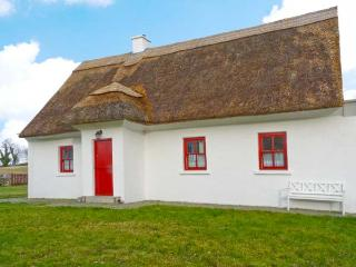 JAUNTY COTTAGE, quality thatched cottage, multi-fuel stove, garden in Cong, Ref 22412, Mayobridge
