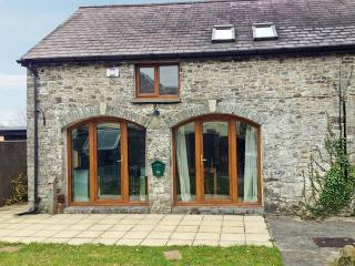 5 BUARTH Y BRAGWR, picture windows, pet-friendly, en-suite bedroom with Jacuzzi