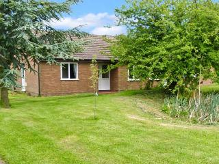 THE BUNGALOW, family accommodation, four bedrooms, pet-friendly, near Cleobury M